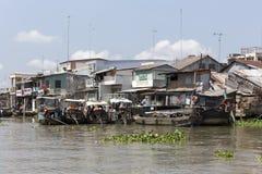 Povere case residenziali e barche Fotografie Stock