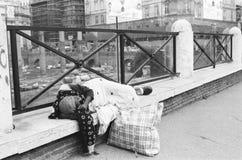 Povertà, donna homless che dorme sulla via fotografia stock libera da diritti