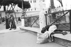 Povertà, donna homless che dorme sulla via fotografie stock