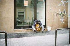 Povertà, uomo homless che dorme sulla via fotografia stock libera da diritti