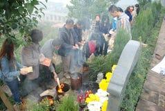 Povo chinês varrer do túmulo imagens de stock