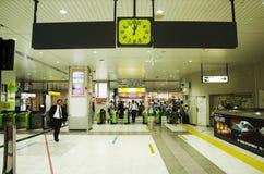Povo japonês e viajantes do estrangeiro que compram o bilhete no counte imagem de stock royalty free
