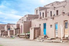 Povoado indígeno de Taos - tipo tradicional de arquitetura nativa dos indianos foto de stock royalty free