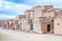 Povoado indígeno de Taos - tipo tradicional de arquitetura nativa dos indianos imagens de stock royalty free