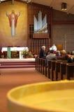Povos, água santamente na igreja Fotografia de Stock Royalty Free