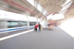 Povos abstratos dos pares no borrão do zoom do estação de caminhos-de-ferro fotos de stock royalty free