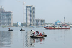Povos aciganados que pescam em marés de Kochi usando barcos pequenos da cesta (coracle) Imagens de Stock
