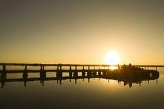 Povos acima da ponte no mar, por do sol Foto de Stock