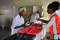 Povos africanos que votam na estação de votação Imagens de Stock