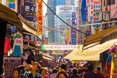 Povos aglomerados mercado Seoul de passeio H de Namdaemun Fotografia de Stock