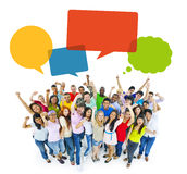 Povos alegres multi-étnicos que comemoram com bolhas do discurso Fotografia de Stock