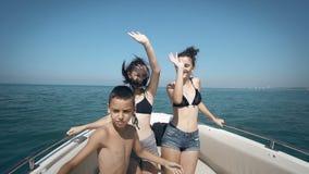 Povos alegres novos que têm o divertimento no partido do barco filme