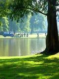 Povos ao lado de um lago foto de stock royalty free