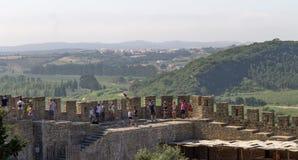 Povos ao longo das paredes do castelo foto de stock