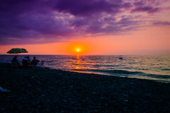 Povos aposentados na costa de relaxamento do por do sol Imagens de Stock Royalty Free