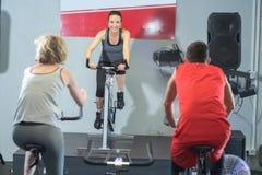 Povos aptos na classe da rotação no gym fotografia de stock royalty free