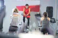 Povos aptos na classe da rotação no gym imagens de stock royalty free