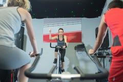 Povos aptos na classe da rotação no gym imagem de stock royalty free