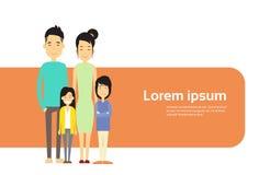 Povos asiáticos da família quatro, pais de Ásia com a bandeira de duas crianças com espaço da cópia ilustração do vetor