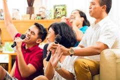 Povos asiáticos que cantam no partido do karaoke imagens de stock