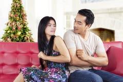 Povos asiáticos que discutem no dia de Natal Imagem de Stock Royalty Free