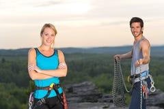 Povos ativos da escalada de rocha no por do sol superior Imagens de Stock Royalty Free