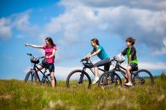 Biking da família Fotos de Stock Royalty Free