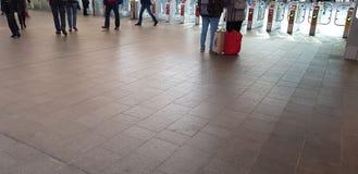 Povos ativos no estação de caminhos de ferro fotos de stock royalty free