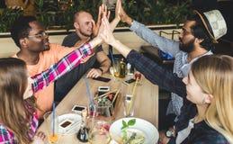 Povos atrativos novos da reuni?o no caf? Os amigos conversam, t?m o divertimento, cocktail da bebida e comem-no imagem de stock