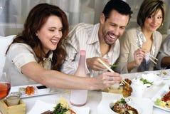 povos atrativos que comem e que socializam Fotografia de Stock Royalty Free