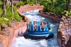 Povos a bordo a jangada, corredeira de cruzamento do rio no parque temático de Seaworld imagens de stock royalty free