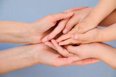 Povos, caridade, família e conceito do cuidado - próximo acima da mulher entrega guardar as mãos da menina e do menino Foto de Stock Royalty Free