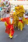 Povos chineses felizes do palhaço do ano novo com chinês Dragon Dance Asian Arts Festival imagens de stock