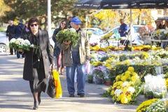 Povos com arranjos florais Fotografia de Stock