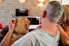 Povos com cão em casa foto de stock