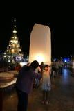 Povos com a lanterna de papel tradicional de Tailândia na noite Imagem de Stock Royalty Free