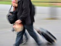 Povos com malas de viagem imagens de stock royalty free