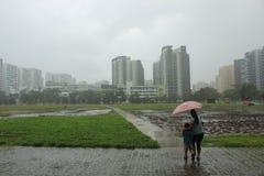 Povos com o guarda-chuva em Singapura chuvoso fotografia de stock