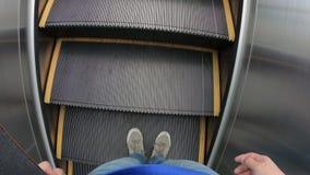 Povos com o skate que move sobre a escada rolante filme