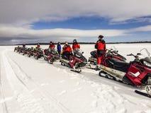 Povos com o 'trotinette' da neve na excursão Imagem de Stock