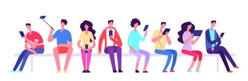 Povos com os dispositivos que sentam-se no banco Homens e mulheres com a reunião do telefone celular exterior Caráteres do vetor  ilustração stock