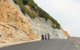 Povos com os velomotor na estrada do campo Fotografia de Stock