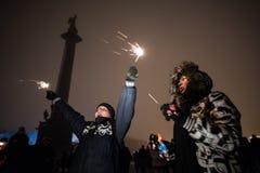 Povos com véspera de Ano Novo dos chuveirinhos Imagens de Stock Royalty Free