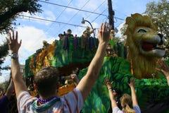 Povos comemorados louca na parada do carnaval. Fotos de Stock