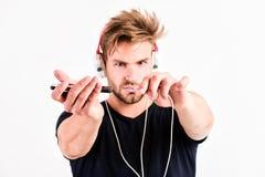 Povos conneting da música música de escuta do homem não barbeado nos auriculares homem muscular 'sexy' para escutar música do esp fotografia de stock