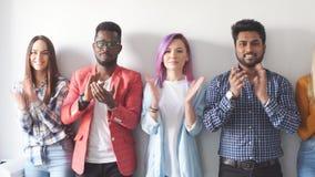 Povos criativos novos que aplaudem ao orador no escrit?rio moderno video estoque