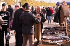 Povos curdos que compram a roupa em Iraque Imagens de Stock