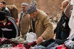 Povos curdos que compram a roupa em Iraque Fotos de Stock Royalty Free