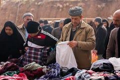 Povos curdos que compram a roupa em Iraque Foto de Stock