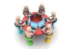 povos 3d em torno de uma tabela que olha portáteis Foto de Stock Royalty Free
